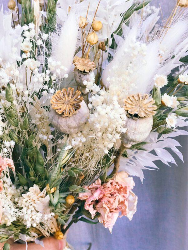 Bouquet composé de Ruscus, lagurus, pavot, avoine, œillet, fleurs de collines et d'une herbe de la pampa.